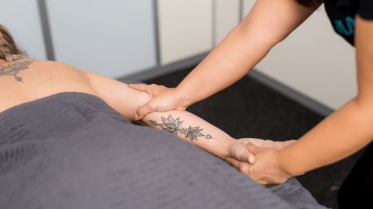Mass-massage-therapy-schipholweg-haarlem-arm-massage
