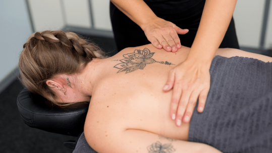 Mass-massage-therapy-schipholweg-haarlem-rug-massage-blonde-vrouw